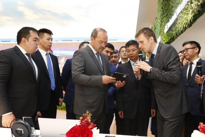 Премьер-министр Узбекистана посетил R&D центр Huawei в Шеньчжэне
