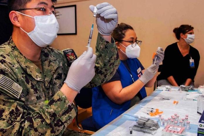 В Японии нашли посторонние частицы в вакцине Pfizer