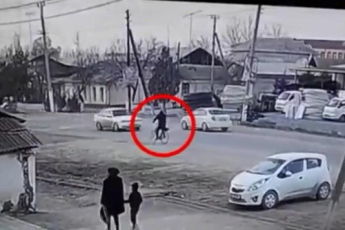 Велосипедист столкнулся с двумя автомобилями в Андижане