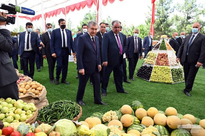 Шавкат Мирзиёев и Эмомали Рахмон посетили сад «Вахдати миллат»