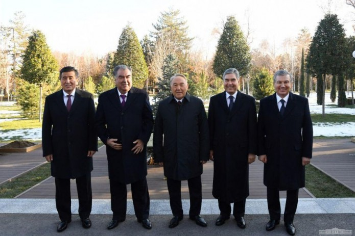 Главы государств ЦА высадили саженцы деревьев на Аллее почетных гостей в резиденции Куксарой