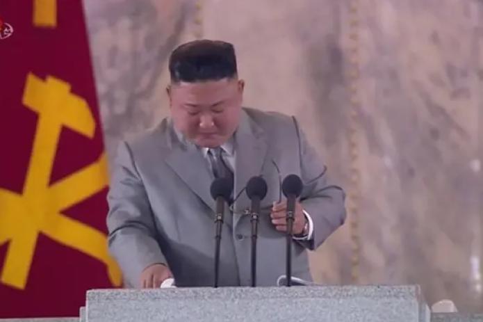 Ким Чен Ын прослезился и принес извинения за то, что не смог улучшить жизнь северокорейцев