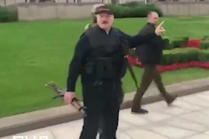 Александр Лукашенко с автоматом в руках прилетел в свою резиденцию