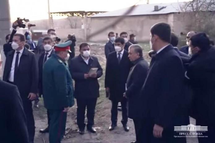 «Тебе не стыдно? Возьми в руки лопату»: Шавкат Мирзиёев раскритиковал работу начальника ОВД в Чирчике