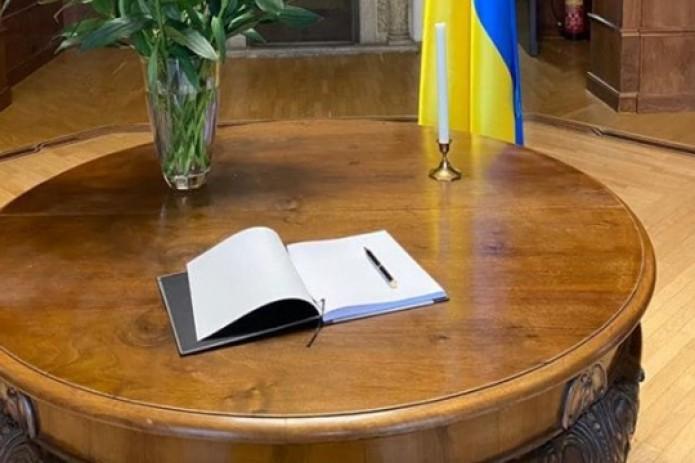 Заместитель главы МИД сделал запись в Книгу соболезнований в посольстве Украины