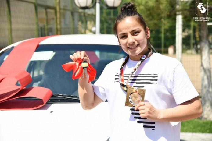 Боксерше Нигине Уктамовой подарили машину за победу на Чемпионате мира