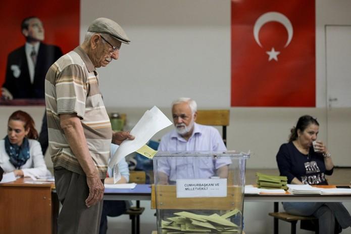 В Турции проходят досрочные президентские и парламентские выборы