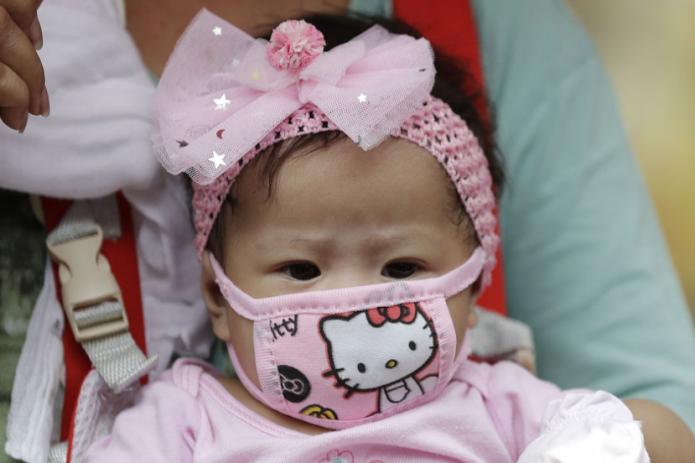 Японские педиатры предупредили об опасности ношения масок детьми младше двух лет