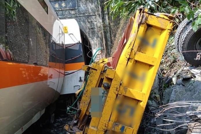 На Тайване сошел с рельсов пассажирский поезд
