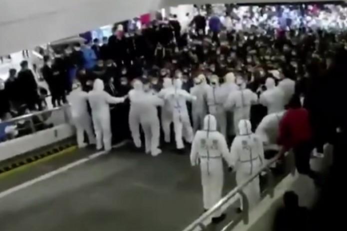 В аэропорту Шанхая заперли тысячи людей, после обнаружения COVID у двух сотрудников (Видео)