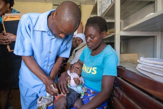 Исторический день: ВОЗ рекомендовала к применению первую вакцину от малярии для детей