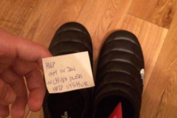 Житель Петербурга нашел в новых кроссовках фирмы The North Face записку заключенного уйгура с просьбой о помощи