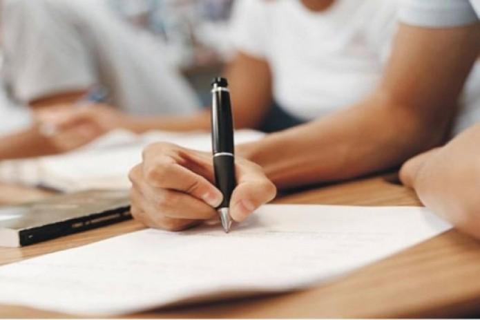 Узбекские школьники пишут диктант про коронавирус