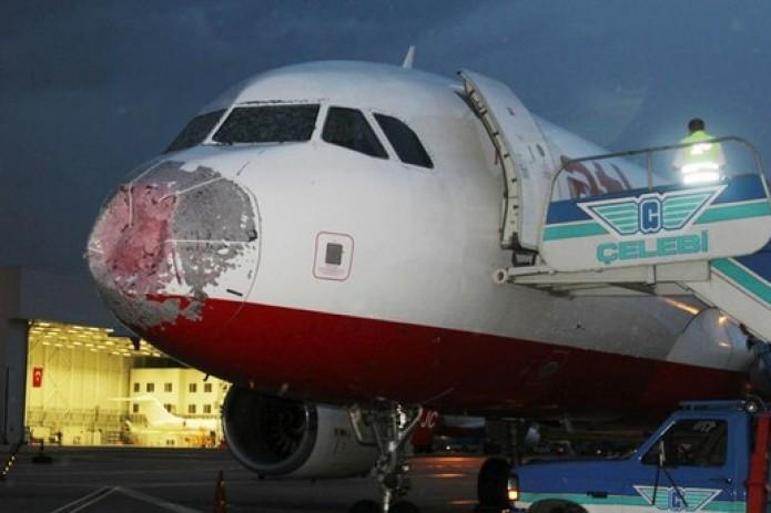 Град пробил стекло самолета Turkish Airlines