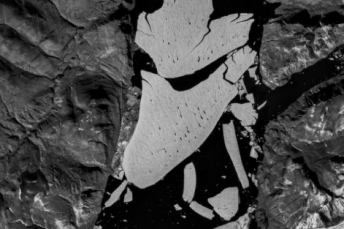 Крупнейший ледник Гренландии раскололся. Всему виной изменение климата