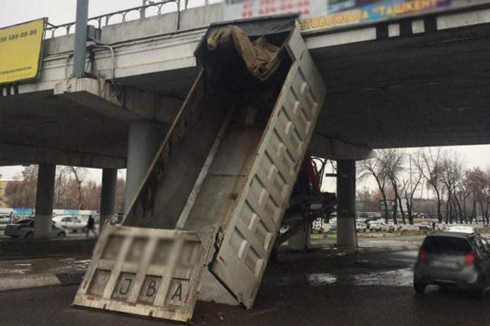 В Ташкенте произошло необычное ДТП с участием грузовика