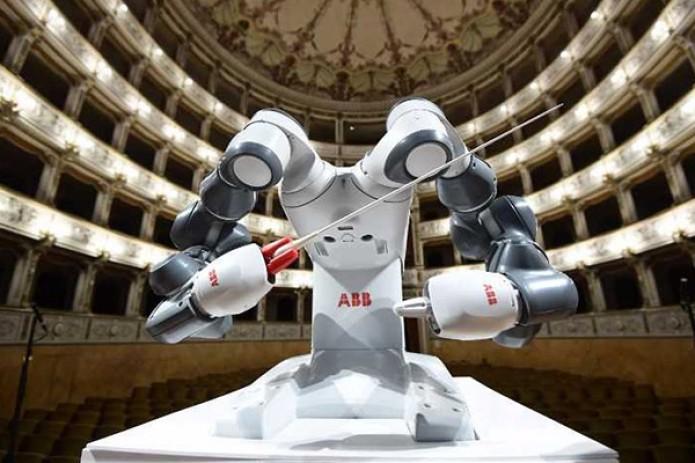 Робот-дирижер провел концерт сфилармоническим оркестром