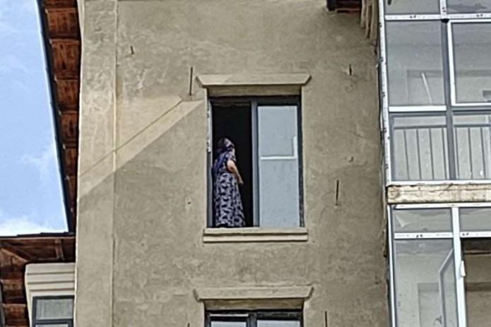 51-летняя жительница Бухары пыталась сброситься с восьмого этажа