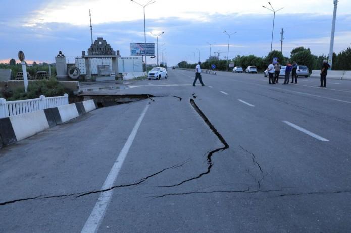 Из-за схода селя разрушена часть моста, ведущего в город Наманган