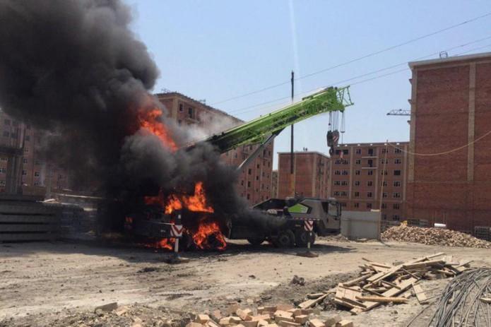 В Сергелийском районе загорелся автокран, водитель погиб на месте