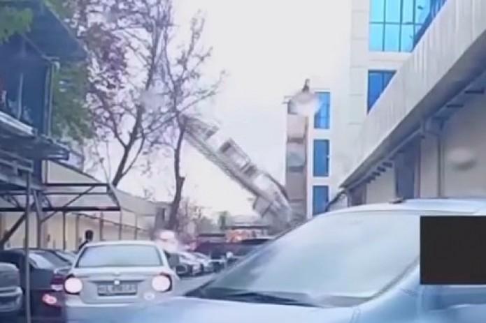 На улице Амира Темура обрушилась часть высотного здания