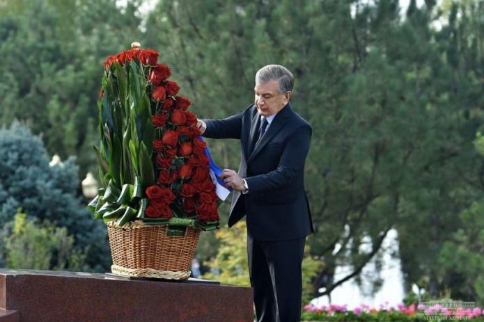 Шавкат Мирзиёев возложил венок к подножию памятника Первому Президенту Исламу Каримову