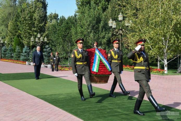 Шавкат Мирзиёев возложил цветы к подножию памятника Исламу Каримову
