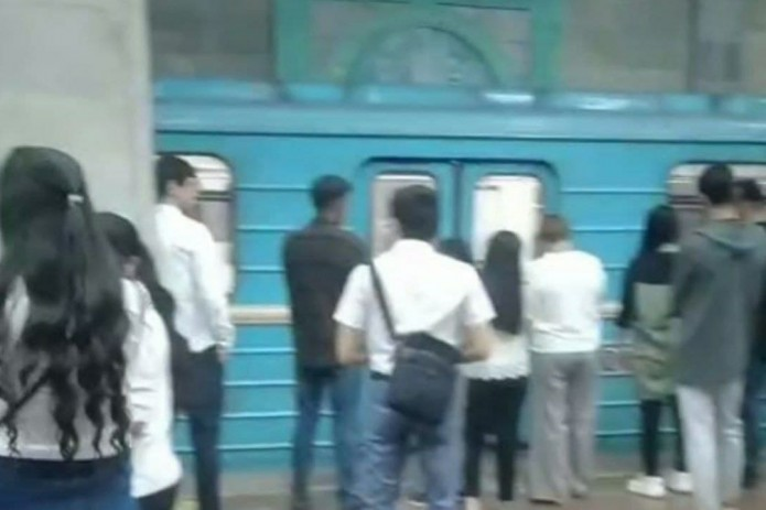Пассажиров Ташкентского метро экстренно высадили на одной из станций