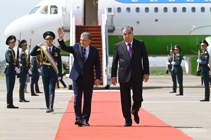 Шавкат Мирзиёев прибыл с официальным визитом в Таджикистан