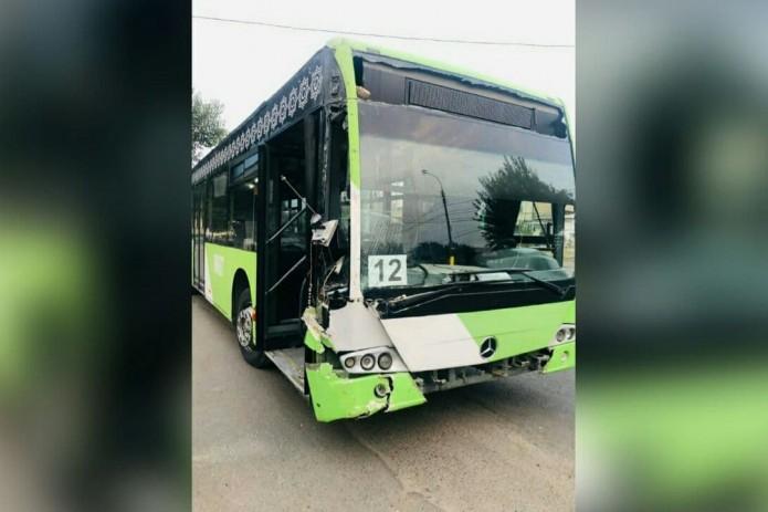 В Ташкенте пассажирский автобус врезался в светофор и протаранил стену жилого дома