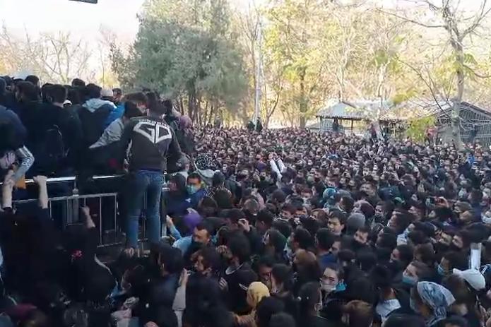 В Алмалыке толпа людей борется за рабочее место на АГМК. Хокимият Ташкентской области прокомментировал  ситуацию