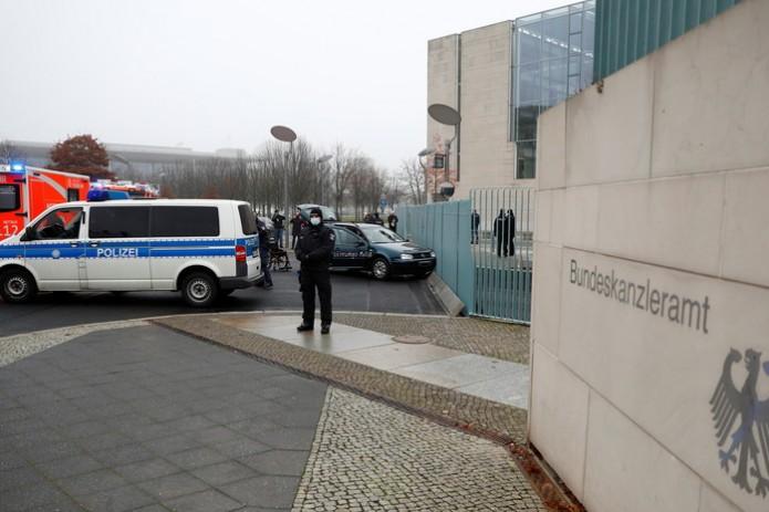 В Берлине автомобиль врезался в ворота ведомства канцлера Германии (Видео)