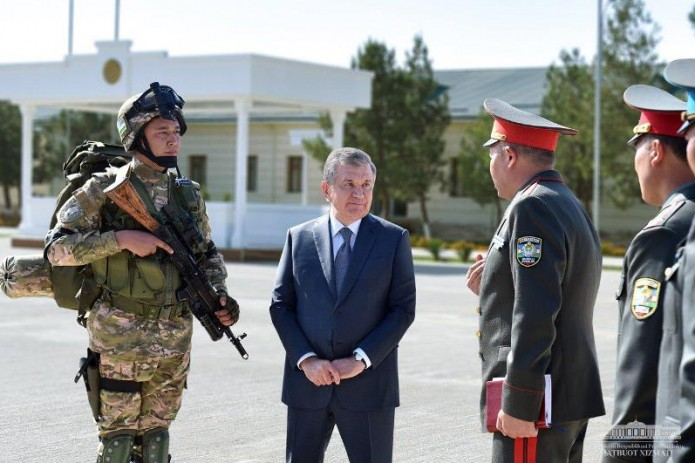 Шавкат Мирзиёев посетил воинскую часть в Денауском районе
