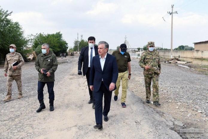 Президент посетил пострадавшие от наводнения махалли