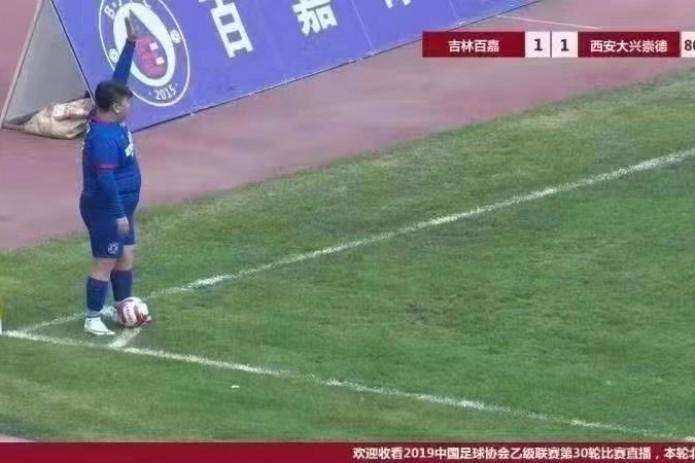 Китайский миллионер купил футбольный клуб. Теперь в нем играет его 126-килограммовый сын