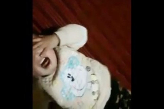 Видео жестокого обращения мужчины с детьми опубликовали в Сети