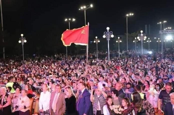 Алишер Кадиров прокомментировал поднятие флага СССР на концерте «Песни Победы»