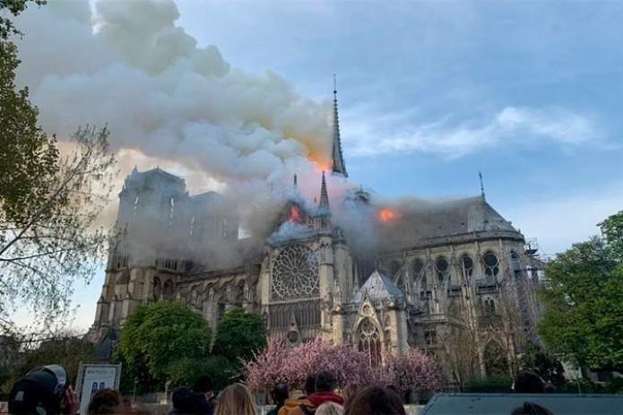 «Сгорела история Франции»: в соборе Парижской Богоматери произошёл пожар