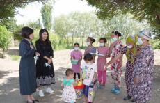 Зироат Мирзиёева с дочерью навестили пострадавших от наводнения жителей Сырдарьинской области