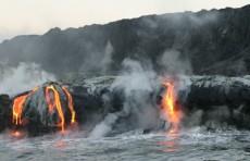 Лава из вулкана на Гавайях начала стекать в Тихий океан