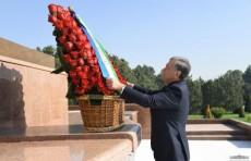 Президент возложил цветы к Монументу независимости и гуманизма