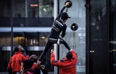 Французский человек-паук покорил очередной небоскреб