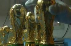 Тысячи копий кубка чемпионата мира по футболу изготовили в Китае