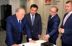 Нурсултан Назарбаев посетил инновационный центр Huawei в Астане