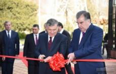 Шавкат Мирзиёев и Эмомали Рахмон посетили выставку продукции Узбекистана
