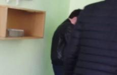 В Кашкадарье сын сотрудника прокуратуры справил нужду в классе