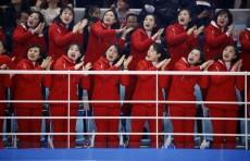 Северокорейские болельщицы необычно поддерживают спортсменов на Олимпиаде