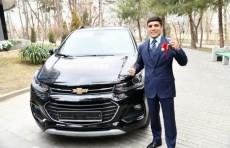 Президент подарил боксеру Муроджону Ахмадалиеву квартиру и автомобиль