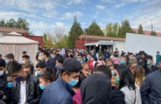 Люди в Ташкенте требуют принять их на работу в Распределительный центр для больных COVID-19 (Видео)