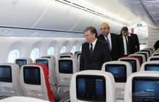 Шавкат Мирзиёев осмотрел новый самолет Boeing 787 Dreamliner